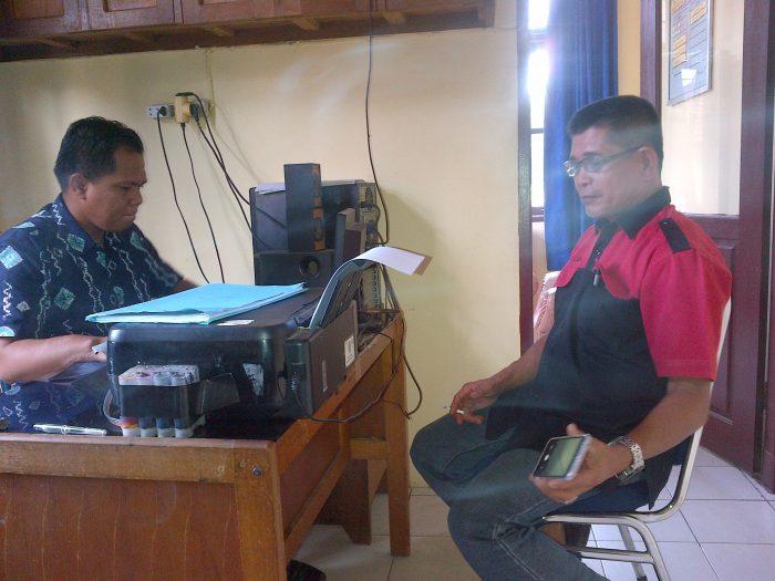 Saksi Ruslan, Kabiro Harian Pagi Rakyat Riau saat memberi keterangan di Polsek Rengat Barat