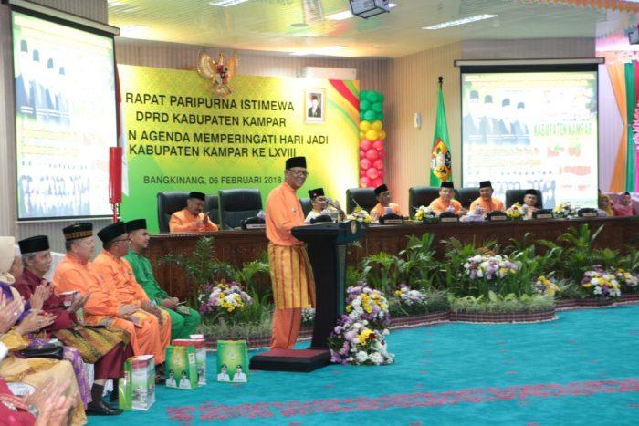 Bupati Kampar Azis Zaenal sampaikan sambutan pada sidang paripurna HUT Kampar di gedung DPRD
