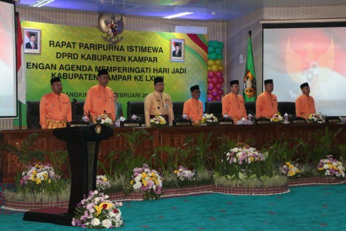 Pimpinan DPRD Kampar bersama Gubernur Riau diwakili Syahrial Abdi pada rapat paripurna HUT Kampar 68