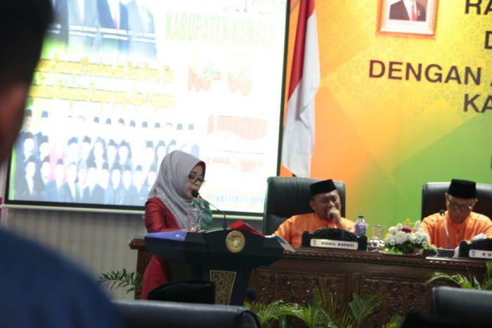 Sekretaris DPRD Kampar Ramlah SE membacakan sejarah kabupaten kampar saat rapat paripurna
