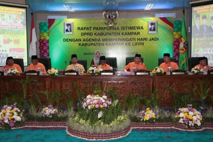 ketua DPRD Kampar Ahmad Fikri didampingi Gubri dan para Wakil Ketua DPRD Kampar saat rapat paripurna HUT Kampar 68