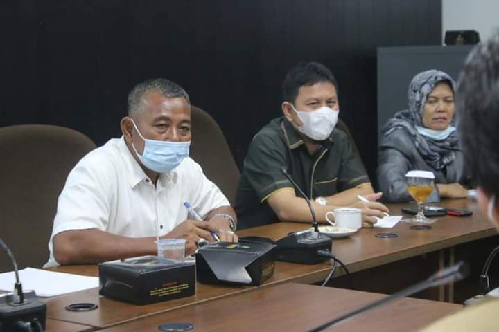 Rapat hearing dipimpin Ketua Komisi IV DPRD Kota Pekanbaru Sigit Yuwono (baju putih)